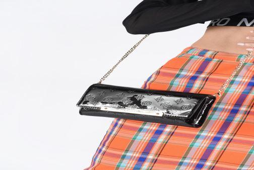 Bolsos de mano Guess HIGHLIGHT CLUTCH Negro vista de abajo