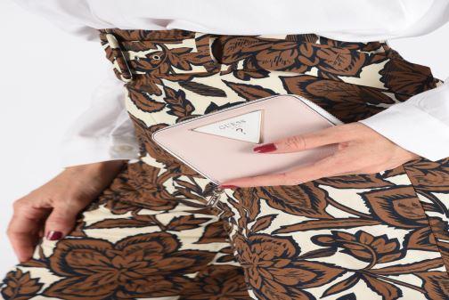 Portemonnaies & Clutches Guess KAMRYN SMALL ZIP AROUND rosa ansicht von unten / tasche getragen