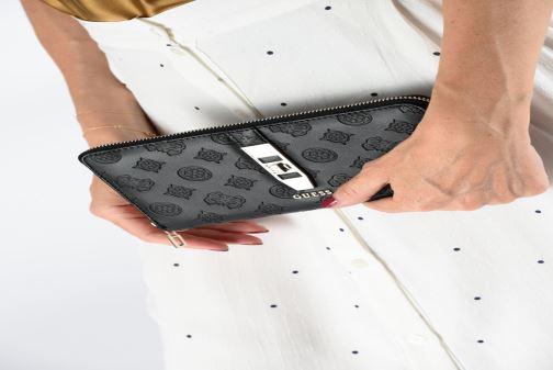 Portemonnaies & Clutches Guess PEONY CLASSIC CHEQUE ORGANIZER schwarz ansicht von unten / tasche getragen