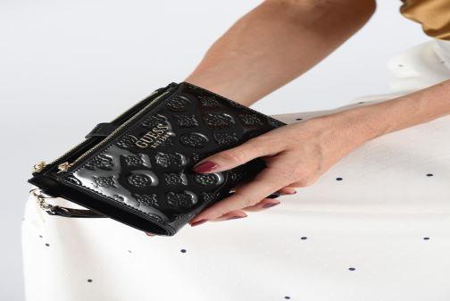 Petite Maroquinerie Guess PEONY SHINE SLG DOUBLE ZIP ORGANIZER Noir vue bas / vue portée sac
