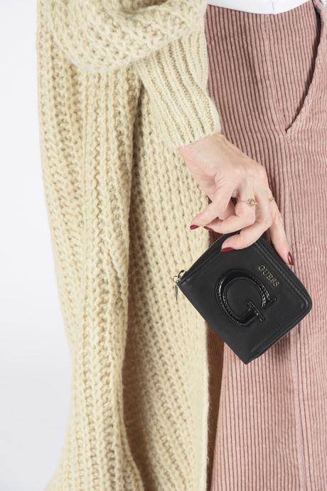 Petite Maroquinerie Guess CHRISSY SMALL ZIP AROUND Noir vue bas / vue portée sac