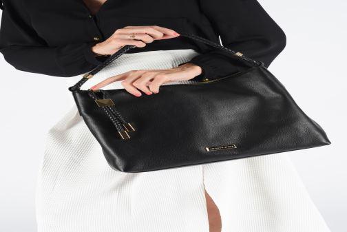 Handtaschen Michael Michael Kors LEXINGTON LG SHOULDER schwarz ansicht von unten / tasche getragen