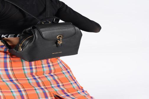 Rucksäcke Michael Michael Kors RAVEN MD BACKPACK schwarz ansicht von unten / tasche getragen