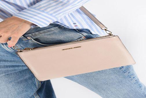 Mini Bags Michael Michael Kors LG DOUBLE POUCH CROSSBODY rosa ansicht von unten / tasche getragen