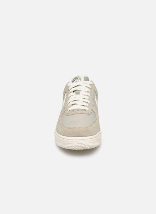 Baskets Nike Air Force 1 '07 2 Gris vue portées chaussures