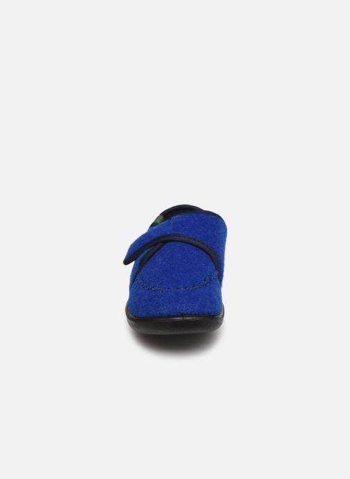 Pantuflas Kamik Cozylodge Azul vista del modelo