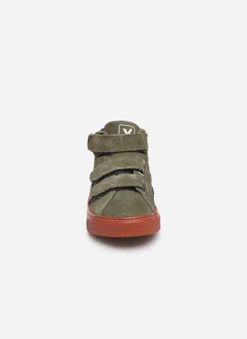 Sneakers Veja Esplar Small Mid Velcro Verde modello indossato
