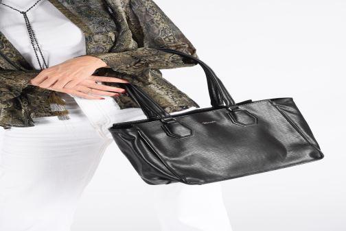 Handtaschen Tamaris Babette Shoulder Bag schwarz ansicht von unten / tasche getragen