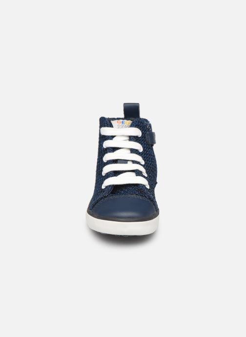 Baskets Geox B KILWI Boy B82A7I Bleu vue portées chaussures