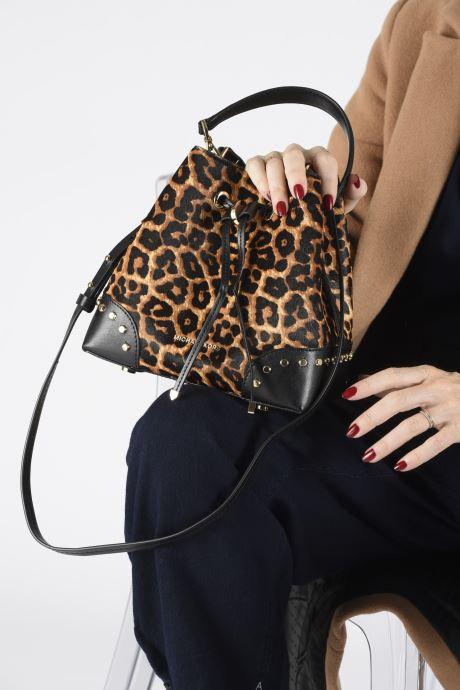 Handtaschen Michael Michael Kors SMALL CONVERTIBLE BUCKET SHOULDER MERCER GALLERY braun ansicht von unten / tasche getragen