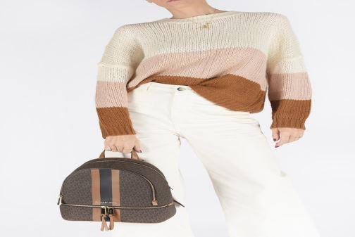Rucksäcke Michael Michael Kors RHEA ZIP MIDIUM BACKPACK braun ansicht von unten / tasche getragen