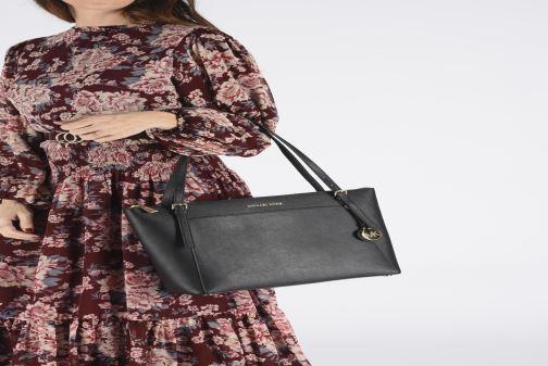 Handtaschen Michael Michael Kors VOYAGER LG EW TZ TOTE schwarz ansicht von unten / tasche getragen