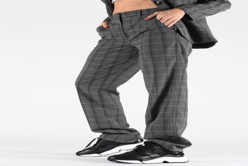 Baskets Karl Lagerfeld Aventur Lux Mix Lace Shoe Noir vue bas / vue portée sac