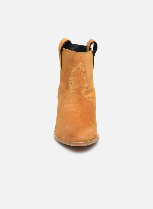 Bottines et boots Tommy Hilfiger COWBOY SUEDE MID HEEL BOOT Jaune vue portées chaussures