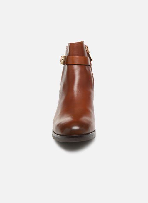 Bottines et boots Tommy Hilfiger TH HARDWARE LEATHER FLAT BOOTIE Marron vue portées chaussures