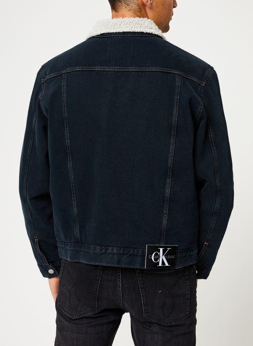 Vêtements Calvin Klein Jeans ICONIC OMEGA SHERPA DENIM JACKET Bleu vue portées chaussures