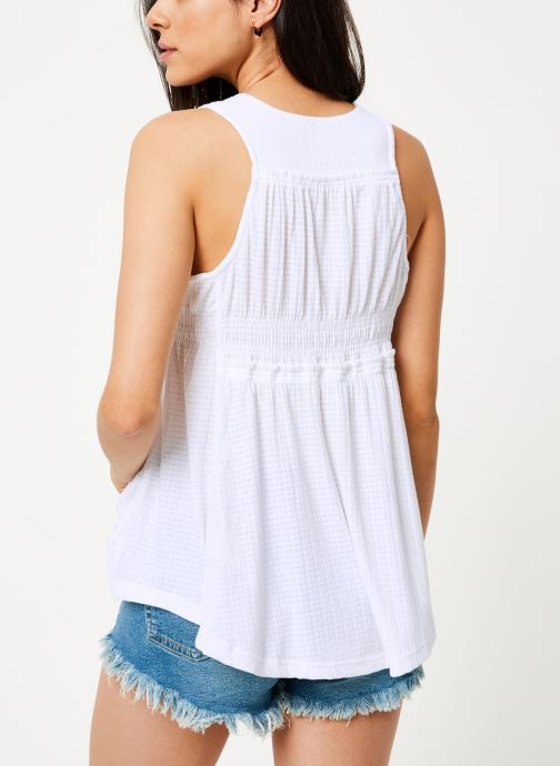 Vêtements Free People BEACH BOUND TANK Blanc vue portées chaussures