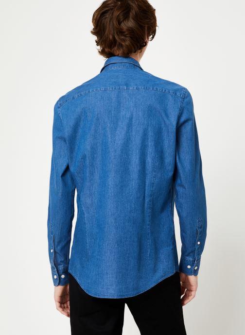 Vêtements Hackett London PLAIN LIGHT DENIM SHIRT Bleu vue portées chaussures