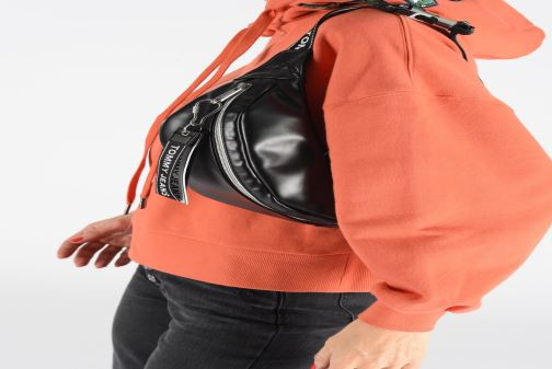 Petite Maroquinerie Tommy Hilfiger TJW LOGO TAPE PU BUMBAG Noir vue bas / vue portée sac