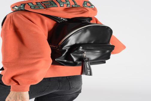 Rucksäcke Tommy Hilfiger TJW LOGO TAPE PU M BACKPACK schwarz ansicht von unten / tasche getragen