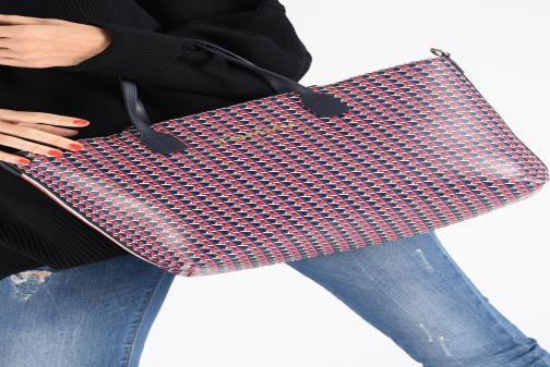 Bolsos de mano Tommy Hilfiger ICONIC TOMMY SATCHEL MONO Azul vista de abajo
