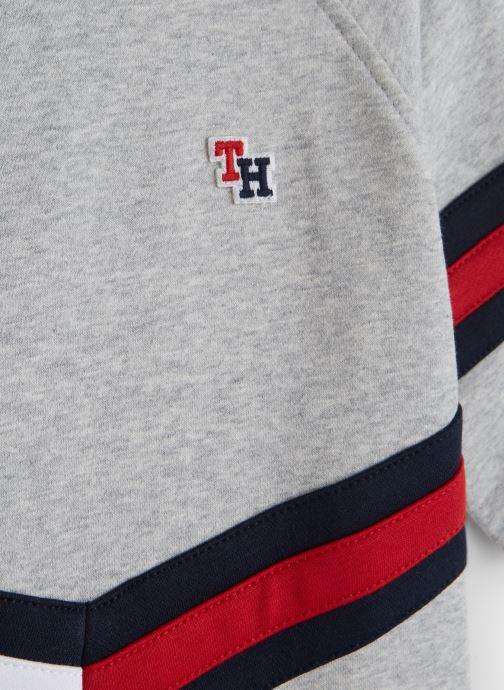 Vêtements Tommy Hilfiger Essential Flag Crew Gris vue portées chaussures