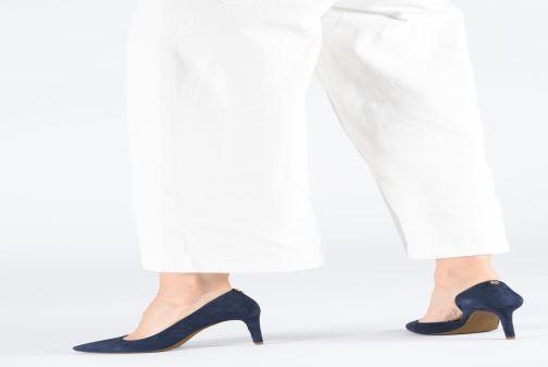 Escarpins Michael Michael Kors Dorothy Flex d'Orsay Bleu vue bas / vue portée sac