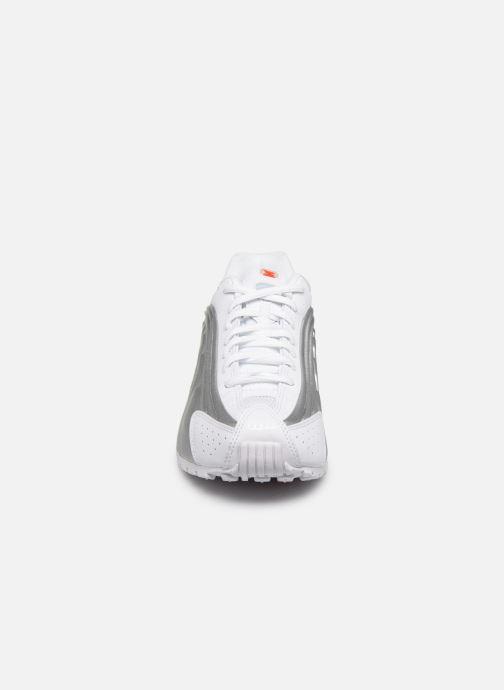 Baskets Nike Nike Shox R4 (Gs) Blanc vue portées chaussures