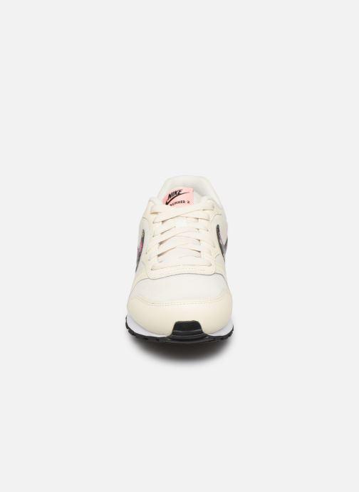 Baskets Nike Nike Md Runner 2 Vf (Gs) Blanc vue portées chaussures