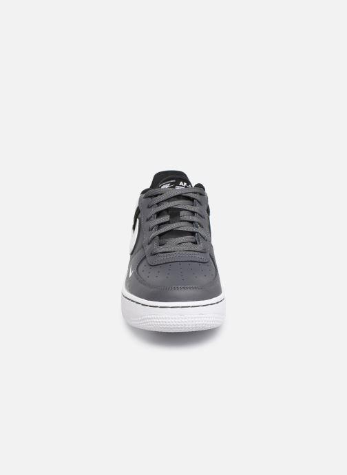 Baskets Nike Air Force 1 Lv8 2 (Gs) Gris vue portées chaussures