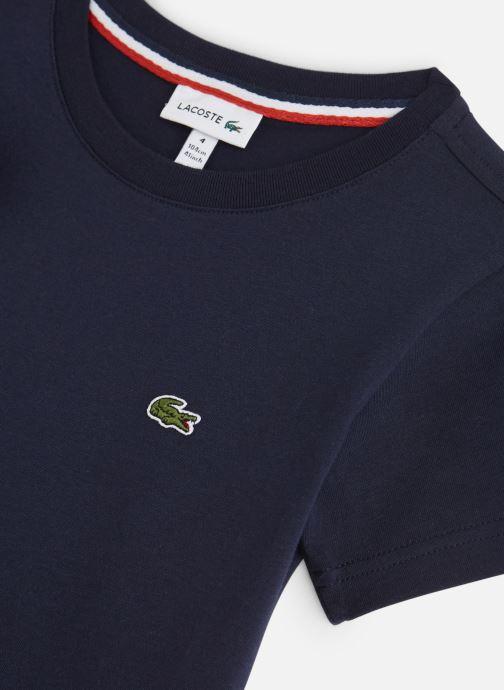 Vêtements Lacoste Tee-Shirt enfant Bleu vue portées chaussures