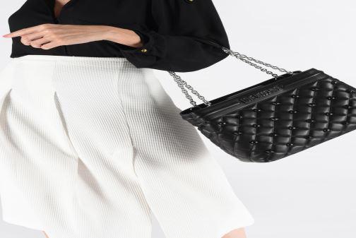 Handtaschen Love Moschino QUILTED LOVE MOSCHINO SATCHEL schwarz ansicht von unten / tasche getragen