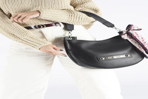 Handtaschen Love Moschino LETTERING LOVE MOSCHINO HOBO schwarz ansicht von unten / tasche getragen