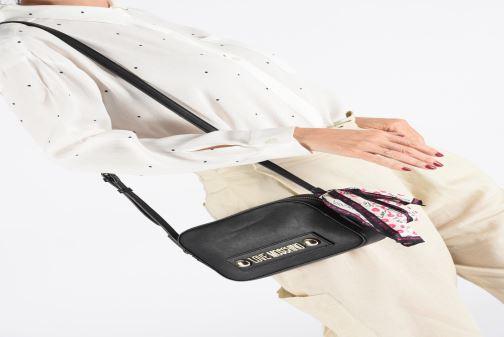 Handtaschen Love Moschino LETTERING LOVE MOSCHINO CROSSBODY schwarz ansicht von unten / tasche getragen