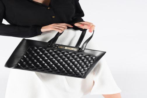 Handtaschen Love Moschino NEW SHINY QUILTED TOTE ZIP schwarz ansicht von unten / tasche getragen