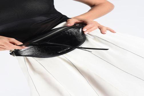 Petite Maroquinerie Rebecca Minkoff MINI SLING NAPLACK Noir vue bas / vue portée sac