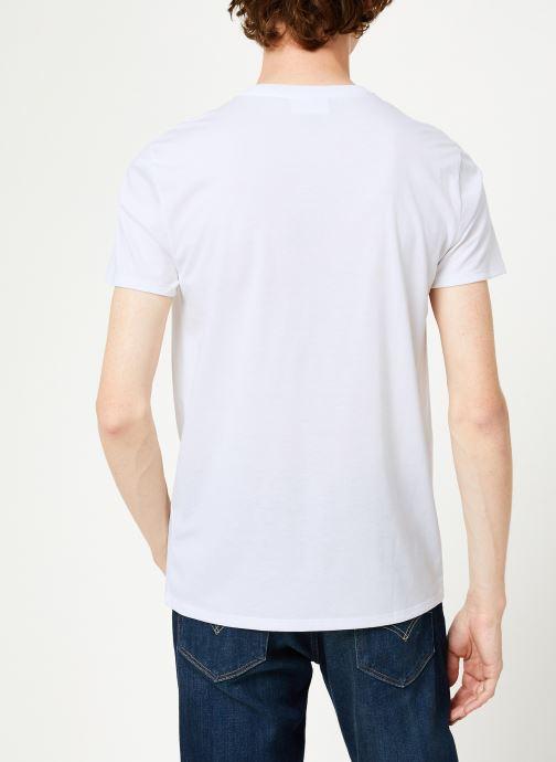 Vêtements Lacoste Tee-Shirt Classique Manches Courtes Blanc vue portées chaussures