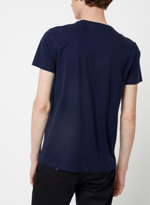 Vêtements Lacoste Tee-Shirt Classique Manches Courtes Bleu vue portées chaussures