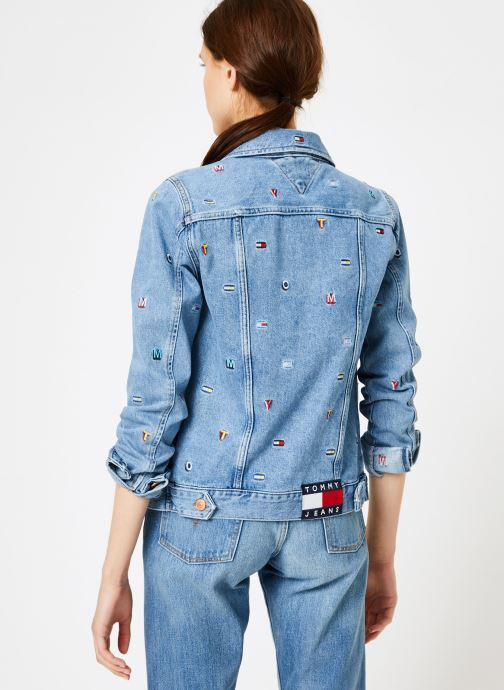 Vêtements Tommy Jeans REGULAR TRUCKER JACKET W Bleu vue portées chaussures