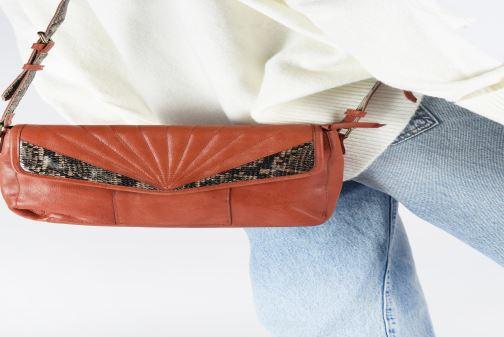 Sacs à main Pieces Conner Leather Crossbody Orange vue bas / vue portée sac