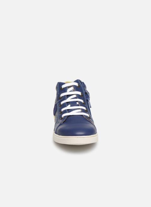Sneakers Aster Yurl Azzurro modello indossato