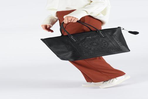 Handtaschen Desigual SOFT BANDANA HOLBOX schwarz ansicht von unten / tasche getragen