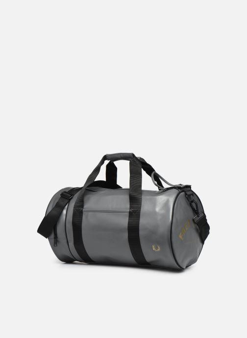 Sacs de sport Fred Perry Tonal Barrel Bag Gris vue portées chaussures