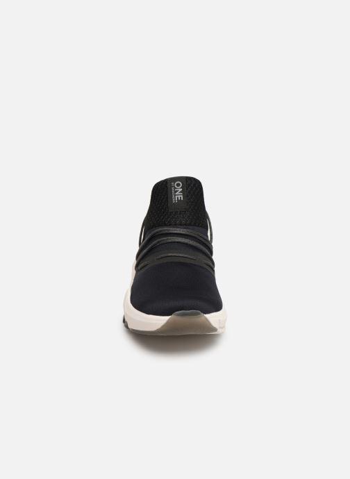 Sneakers Skechers Element Ultra Nero modello indossato