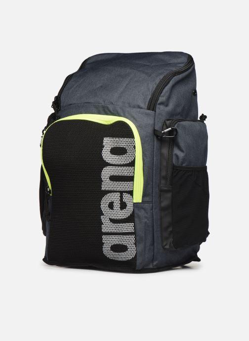 Zaini Arena Team Backpack 45 Grigio modello indossato