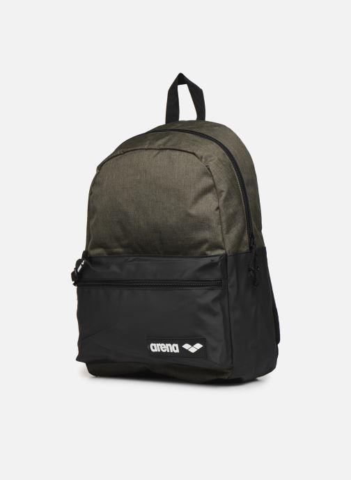 Mochilas Arena Team Backpack 30 Verde vista del modelo