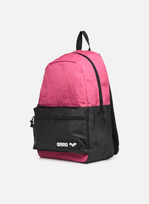 Mochilas Arena Team Backpack 30 Rosa vista del modelo
