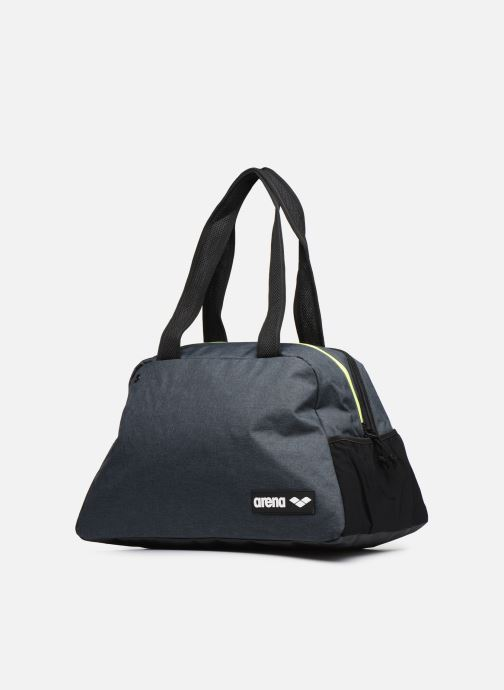 Borsa da palestra Arena Fast Shoulder Bag Grigio modello indossato