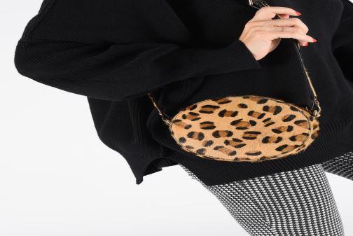 Handtaschen Petite mendigote Sac Ringo Hair On braun ansicht von unten / tasche getragen