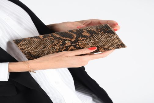 Wallets & cases Petite mendigote Porte feuille Pat Foil embossed Python Brown view from underneath / model view
